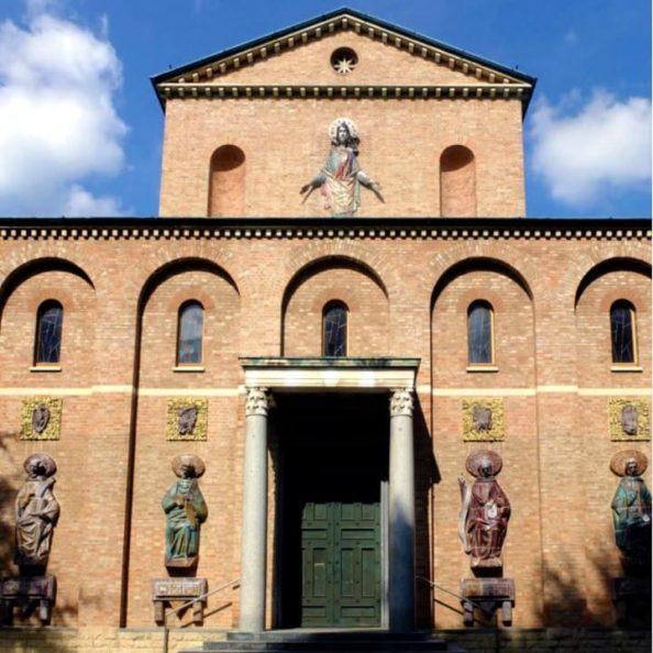 Facciata della chiesa del SS. Cuore di Gesù (Aloisianum) dei padri gesuiti a Gallarate