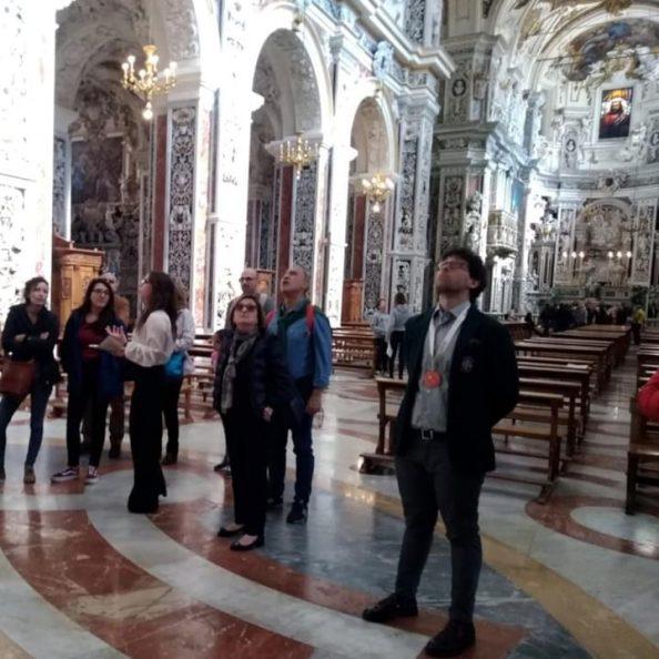 Guide e turisti visitano la Chiesa di Casa Professa dei padri gesuiti a Palermo