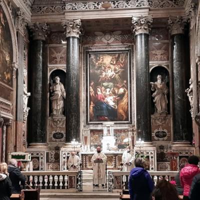 Altare della Chiesa del Gesù di Genova durante una celebrazione con i padri gesuiti