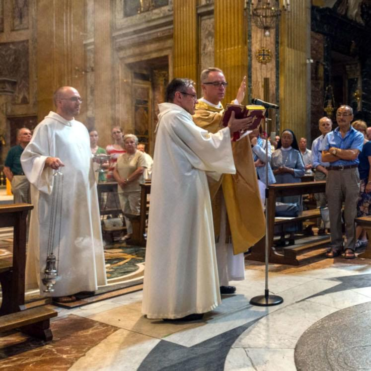 Celebrazione solenne in una chiesa dei padri gesuiti