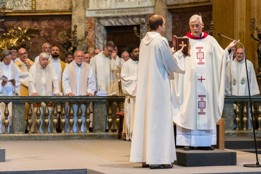 Il padre Generale Arturo Sosa durante una celebrazione solenne con altri gesuiti