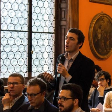 Un giovane interviene durante un dibattito in un evento culturale organizzato dai gesuiti