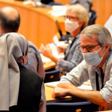 Un gesuita e una suora conversano durante un evento di formazione organizzato dai padri gesuiti