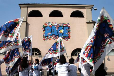 Giovani della Lega Missionaria Studenti dei padri gesuiti durante una manifestazione per la pace