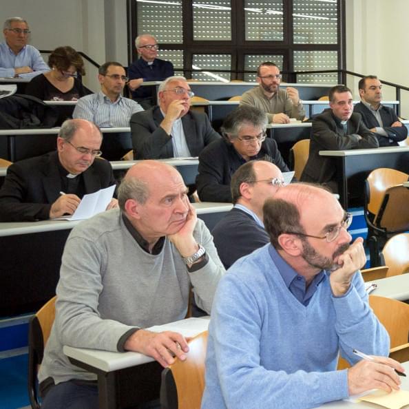 Interno di un aula durante una lezione presso la Pontificia Facoltà Teologica della Sardegna