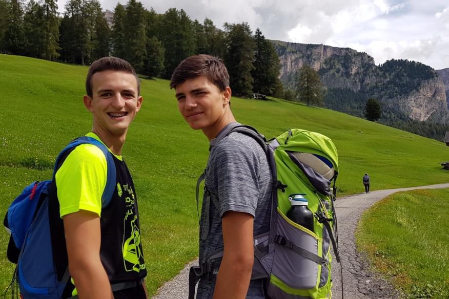 Giovani ignaziani in cammino su un sentiero di montagna