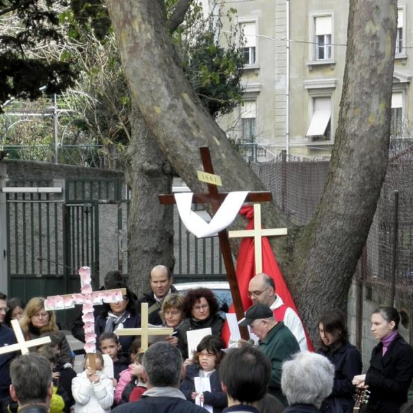 Celebrazione con gesuiti e fedeli all'esterno della Chiesa del Sacro Cuore a Trieste
