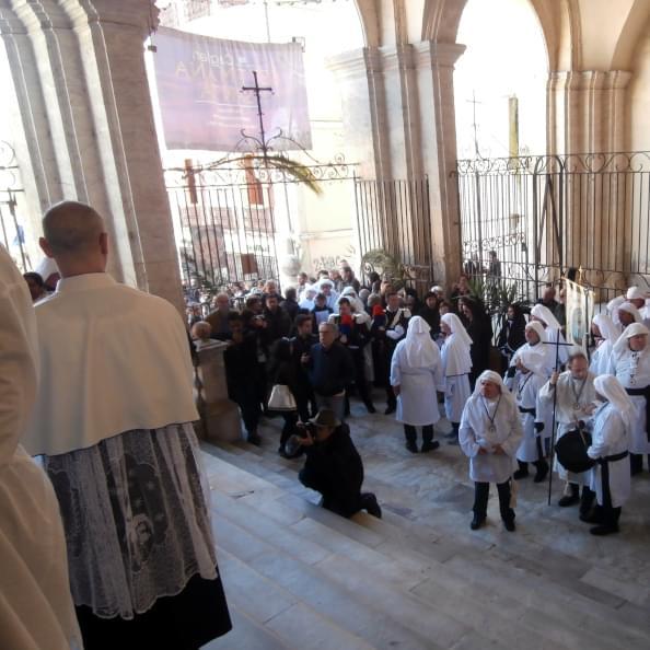 Processione all'esterno della Chiesa di San Michele dei padri gesuiti a Cagliari