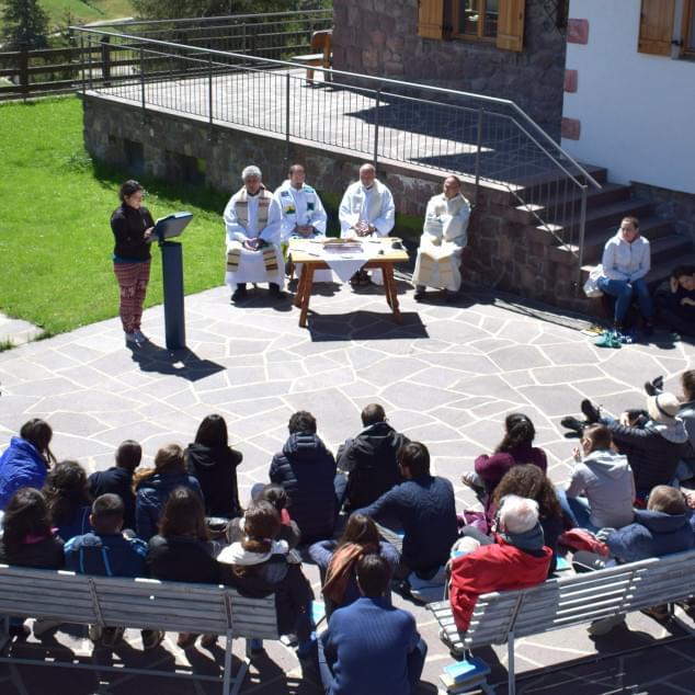 Celebrazione eucaristica all'aperto con gesuiti e giovani a Selva di Val Gardena