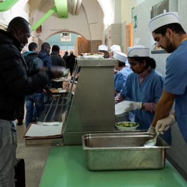 La distribuzione dei pasti alla mensa del Servizio dei Gesuiti per il Rifugiati, il Centro Astalli