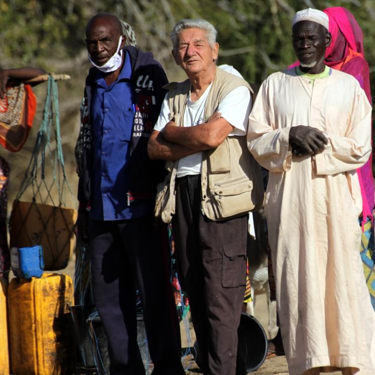 Un gesuita missionario con due uomini africani