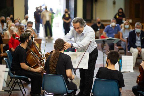 Il Maestro Riccardo Muti scherza con alcuni giovani musicisti dell'orchesta Musica Libera Tutti
