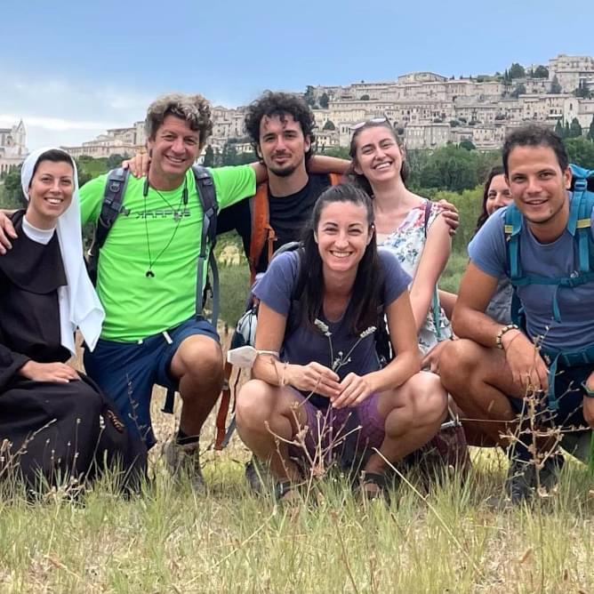 Un gesuita, una suora e un gruppo di giovani ignaziani in pellegrinaggio ad Assisi