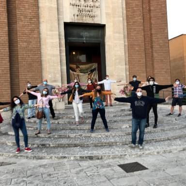 Giovani davanti all'ingresso della Cappella Universitaria de La Sapienza, a Roma