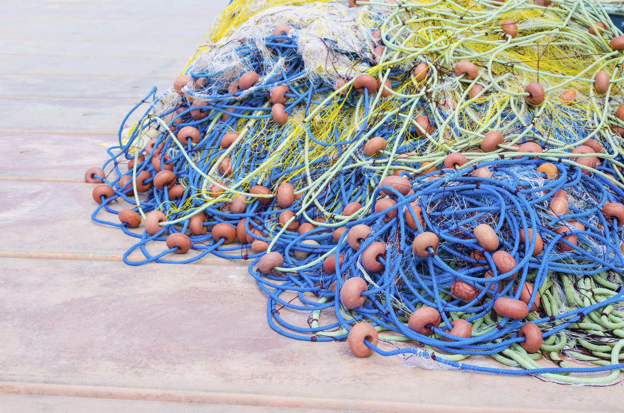riciclo-le-reti-da-pesca-abbandonate-in-mare-diventano-abiti-e-tappeti-1.jpg