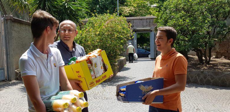 Distrubuzione degli alimenti organizzata dalla Caritas della Parrocchia di san saba a Roma